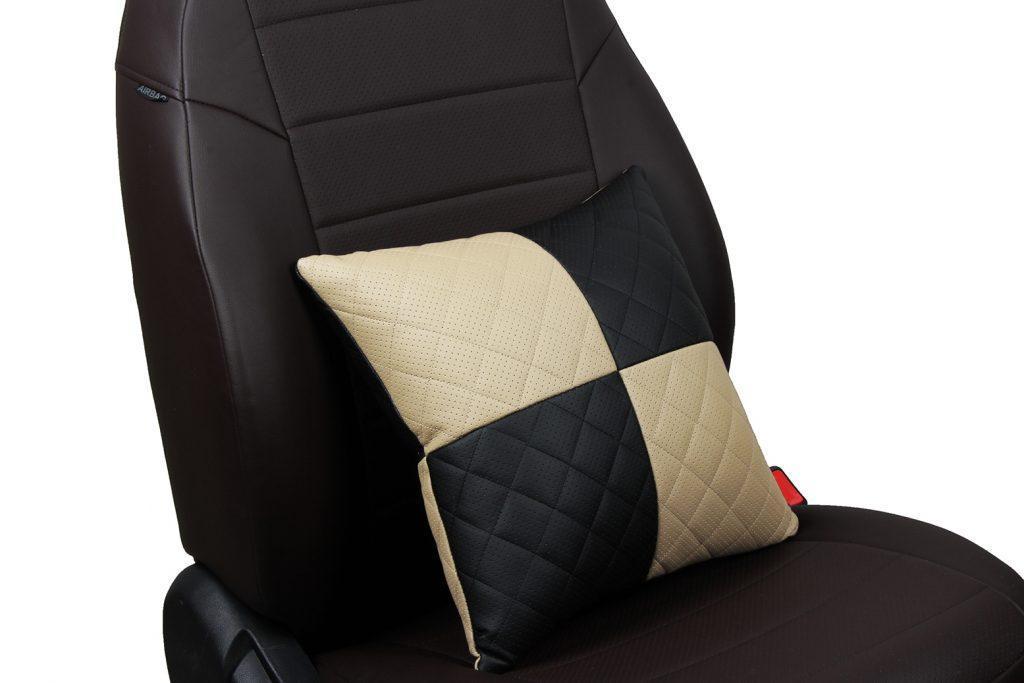 Подушка в салон автомобиля из экокожи с ромбом «черный+бежевый»