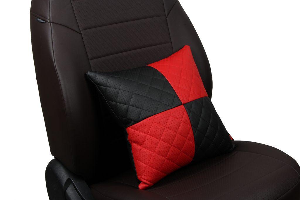 Подушка в салон автомобиля из экокожи с ромбом «черный+красный»