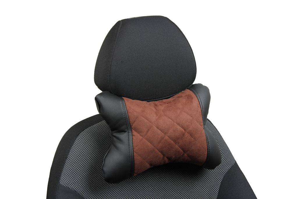 Подушка под шею из алькантары с ромбом «черный+шоколад»